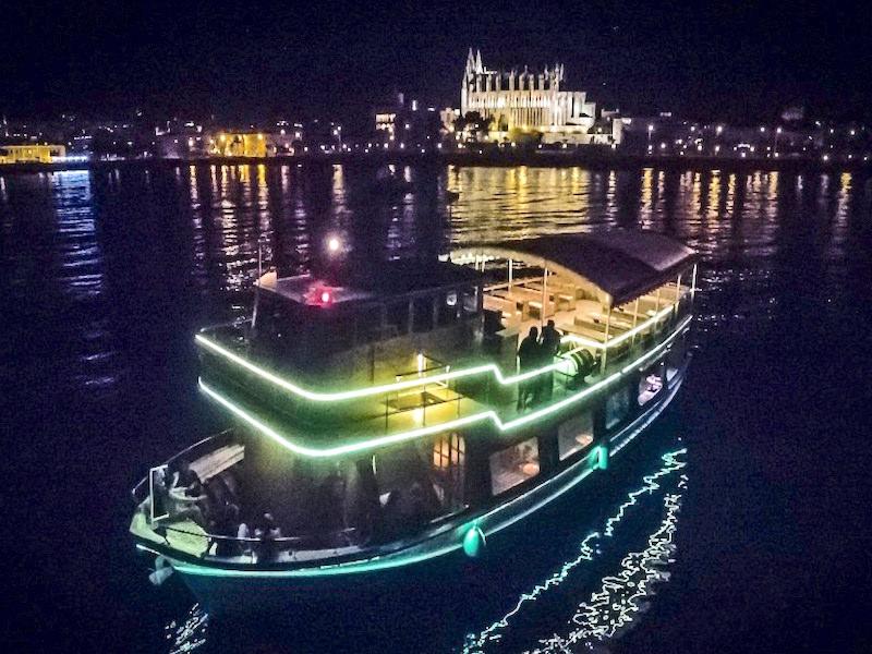 Event-Schiff bei Nacht